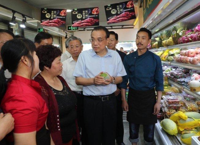 中國國務院總理李克強近日在山東考察,臨時停車走進一家水果店實際了解目前水果價格。 取自《中國政府網》