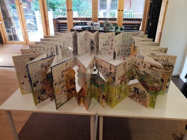 「We Do有度立體實驗室」主要展示店主文自秀的立體書收藏,圖為捷克製作的捷克歷史書,整個打開有九公尺長。記者陳宛茜/攝影