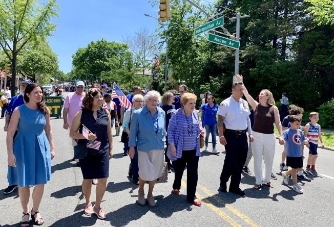 孟昭文(前排左二)、史塔文斯基(前排左三)等多位民選官員走在遊行隊伍最前面。(記者朱蕾/攝影)