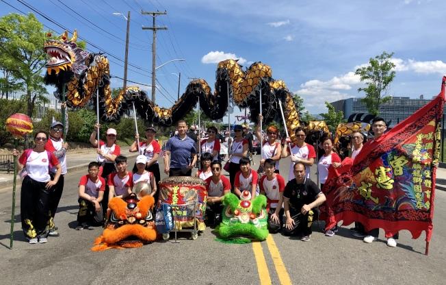 美國亞裔文化交流總會的舞龍舞獅隊首次參加大學點國殤日遊行。(記者朱蕾/攝影)