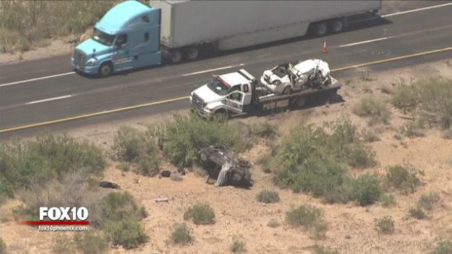 救援人員表示,事故發生後逆行的日產轎車仍在路上,但本田轎車已翻出路外。(FOX10新聞視頻截圖)