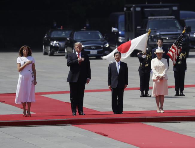 川普總統在日本時間27日受到日本皇室以紅毯迎接,成為日本德仁天皇(右)即位後首次接見的國家元首。(美聯社)