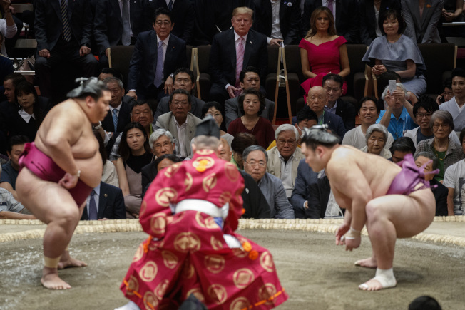 川普總統如願以償,26日與日本首相安倍在東京觀看大相撲夏季賽事最後一天「千秋樂」比賽備用(美聯社)
