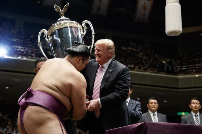 川普總統向奪冠的前頭力士朝乃山授予「美國總統杯」。(美聯社)