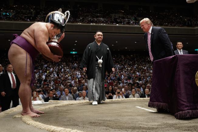 川普總統向奪冠的前頭力士朝乃山,相互表達敬意。(美聯社)