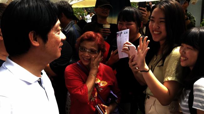 行政院前院長賴清德拚黨內提名,26日到台中審計新村,民眾開心向他打招呼。(記者陳秋雲/攝影)