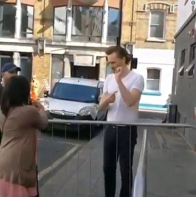 湯姆希德斯頓用手語與粉絲溝通。(視頻截圖)