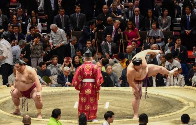 川普總統26日在東京兩國國技館觀看大相撲夏季賽事最後一天「千秋樂」比賽。(美聯社)