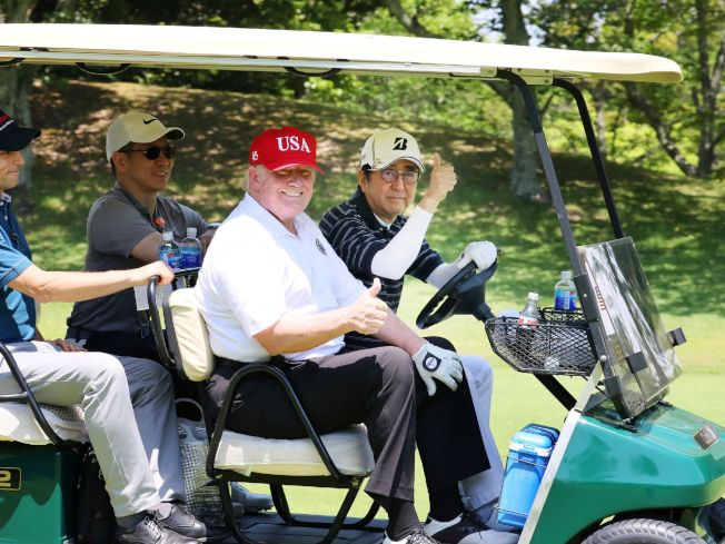 安倍晉三和川普26日在日本千葉縣茂原市「茂原鄉村俱樂部」打了約兩個半小時高爾夫球,兩人「高爾夫外交」至此為第五次。(美聯社)
