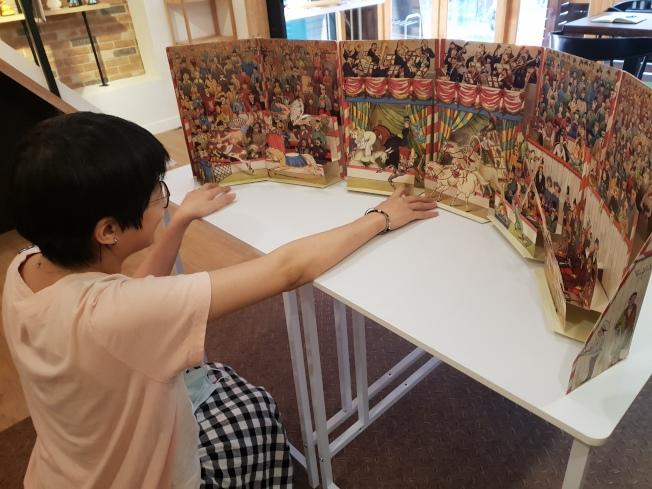 像「We Do有度立體實驗室」這類由藏書人開設的「一人書店」,正在亞洲崛起。圖為「We Do有度立體實驗室」中的立體書打開,讀者宛如坐在馬戲團觀眾席。(記者陳宛茜/攝影)