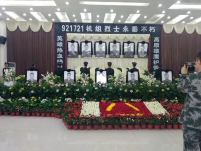 網路一張傳出疑為西藏軍區陸軍航空旅的直升機墜毀,六名官兵殉職的追悼會。(取自網路)