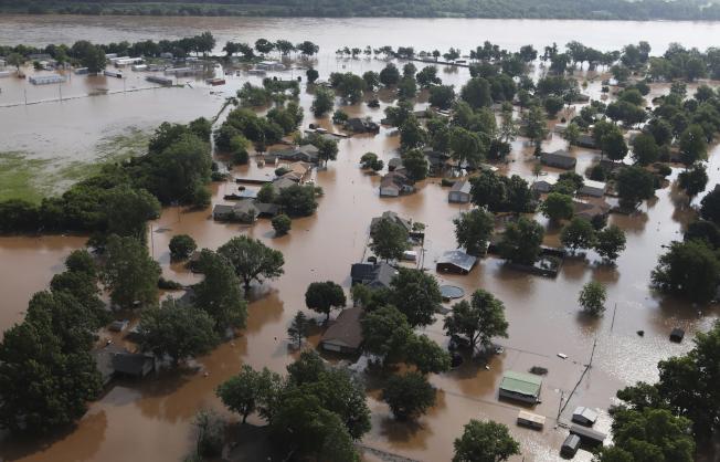 奧克拉荷馬州土耳沙一處位在阿肯色河旁的社區,被洪水淹沒。(美聯社)