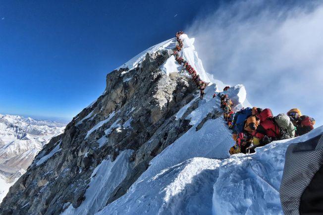 今年5月好天氣的天數較少,導致多人搶在同一時期攻頂聖母峰,造成大排長龍的場景。登山客呼籲尼泊爾政府嚴加審查資格,不應濫發登山許可。(Getty Images)