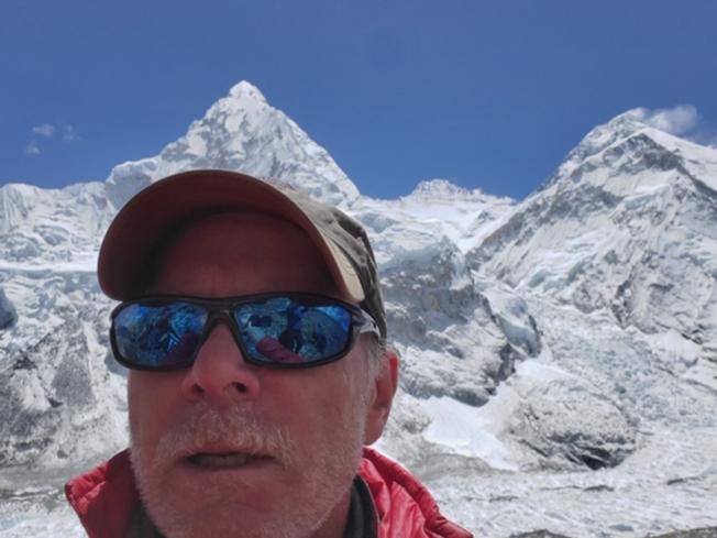 一名來自美國科羅拉多州的律師庫利許(Christopher Kulish),成功登頂聖母峰,完成登上七大陸最高峰的夢想,卻在隔天27日下山期間死亡,讓這次登山季的總罹難人數增加到11人。圖為庫利許在4月時的自拍。(Getty Images)