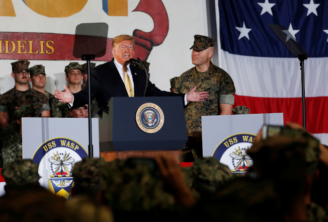 美國總統川普(中)28日登上日本「加賀號」訪問,並向日本自衛隊、美軍講話。(路透)