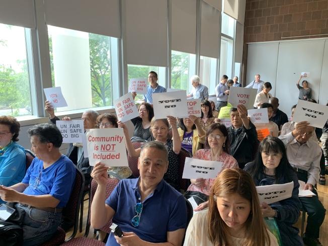 不少民眾手舉標語,表達反對新建社區監獄的態度。(記者和釗宇/攝影)