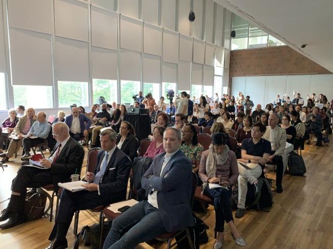 曼哈頓第一社區委員會28日召開月度會議,投票通過決議案,「有條件反對」華埠監獄建案。(記者和釗宇/攝影)