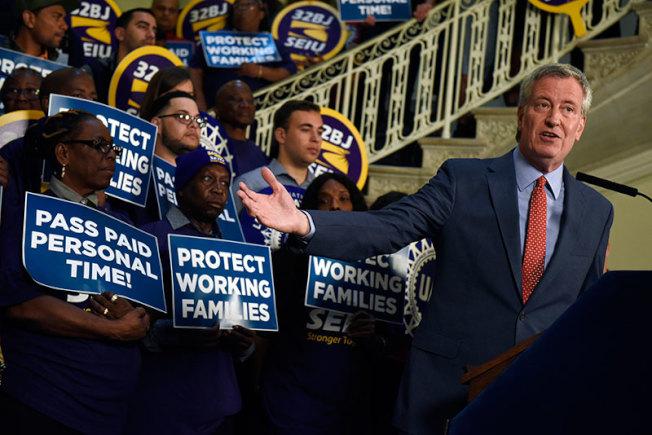 紐約市長白思豪與維權團體28日舉行集會,呼籲市議會通過強制帶薪家事假法案。(市長辦公室提供)