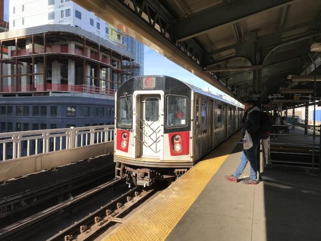 紐新航港局正考慮將紐約地鐵7號線延伸至新澤西州交通樞紐錫考克斯;圖為七號車在皇后區站台。(記者劉大琪╱攝影)