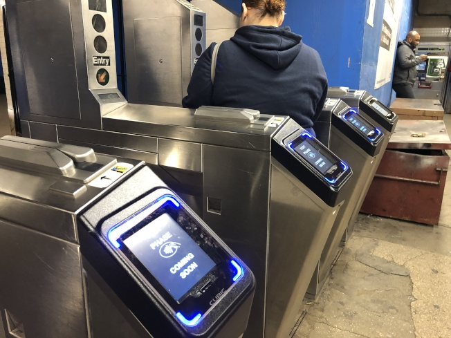 大都會運輸署的新一代地鐵付費系統「OMNY」將於31日開放曼哈頓和布碌崙共16個地鐵站讓民眾使用。(記者顏嘉瑩/攝影)