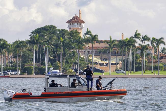威斯康辛大學的學生林布隆為他去年感恩節期間溜進佛羅里達州的海湖莊園認罪並致歉,當時川普總統及其家人正在該地度假。圖為海防隊巡邏海湖莊園。(美聯社)