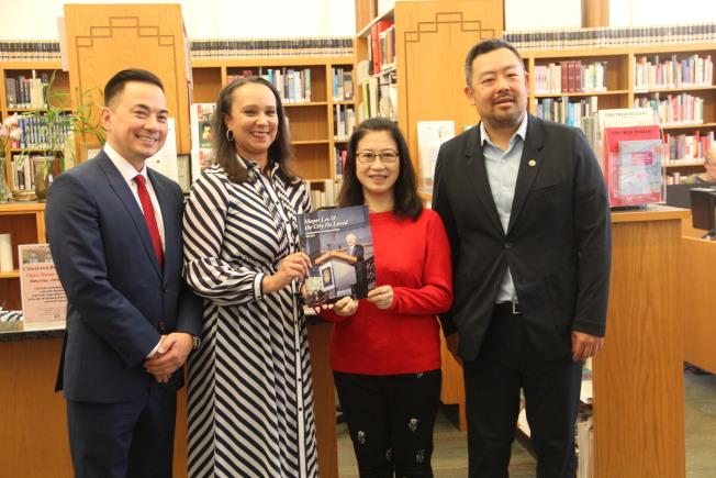 這本大事記也放入了圖書館的文獻中心。左起為玄柏高、凱利、林進敏和楊重賢。(記者李晗╱攝影)