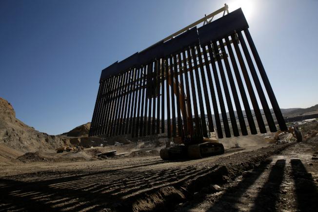 美國空軍退伍軍人考費基去年在眾籌網站募得超過2200萬美元,設立「我們築牆公司」,在美墨邊境的私人土地上築起高牆。這項計畫上周末起開工,已完成近1英里。考費基表示,願在施工完成後以1美元出售給聯邦政府。路透
