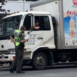 8大道攔檢商業車 警開上百罰單