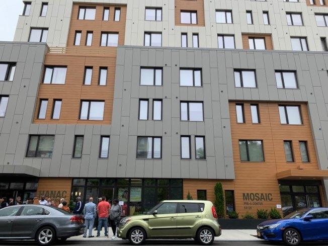 座落在101街54-17號的「HANAC老人公寓」是可樂娜30年來的首個平價屋。(記者賴蕙榆/攝影)