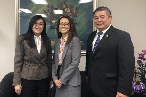 美國國務院負責工作招聘的外交官Cecilia Cho(中)來訪世界日報。左為洛杉磯世界日報社長于趾琴,右為張克塵。 (記者王若然/攝影)