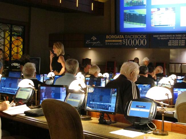 葛謨州長表示,紐約州有機會在最後關頭批准使用手機進行體育賭博投注。圖為民眾在新澤西州大西洋城的一家賭場對體育活動下注。(美聯社)