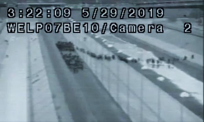 美國邊界及海關保護局的閉路電視影片顯示,無證移民利用黑夜穿過美墨邊界進入美國,有1036人被捕。川普總統轉推這段影片,說明美國邊界偷渡問題嚴重。(Getty Images)