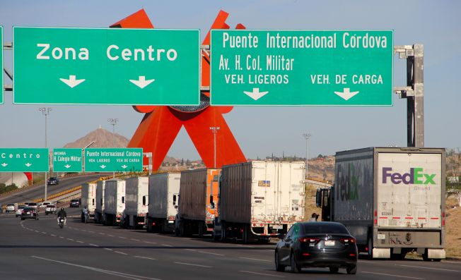 川普總統利用關稅施壓墨西哥,要墨國協助看緊美墨邊界。圖為大批貨車在美墨邊界等候進入美國。(Getty Images)