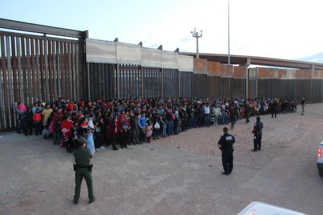 美國邊界及海關保護局的閉路電視影片顯示,無證移民利用黑夜穿過美墨邊界進入美國,有1036人被捕。圖為被捕的無證移民被關押在德州艾爾巴索拘留所。(Getty Images)
