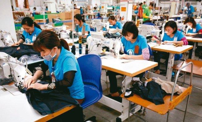 新研究報告顯示,全球時尚品牌未能履行承諾,為勞工提供生活薪資。圖為河內成衣廠工人。 路透