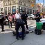 法拉盛緬街街頭暴打遊民 非裔男大搖大擺離去