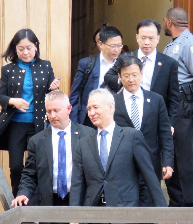 中國國務院副總理劉鶴(前中)抵華府與川普政府主要財經閣員會談後,步出貿易代表署。華盛頓記者張加/攝影
