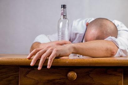 戒酒後六周,酒精仍會繼續損傷腦白質層細胞。(Pexels)