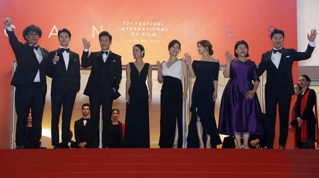 韓國名導奉俊昊(左一)率「寄生上流」演員們出席坎城影展首映會。(路透)