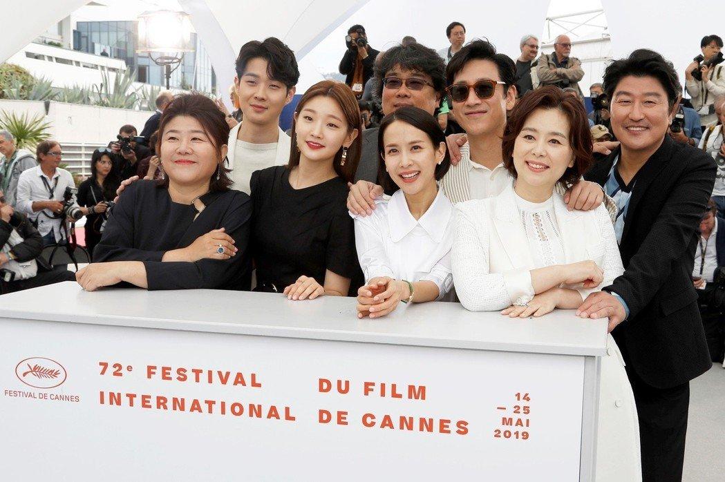 「寄生上流」宋康昊(右一)等主角和導演一起面對國際媒體。(路透)