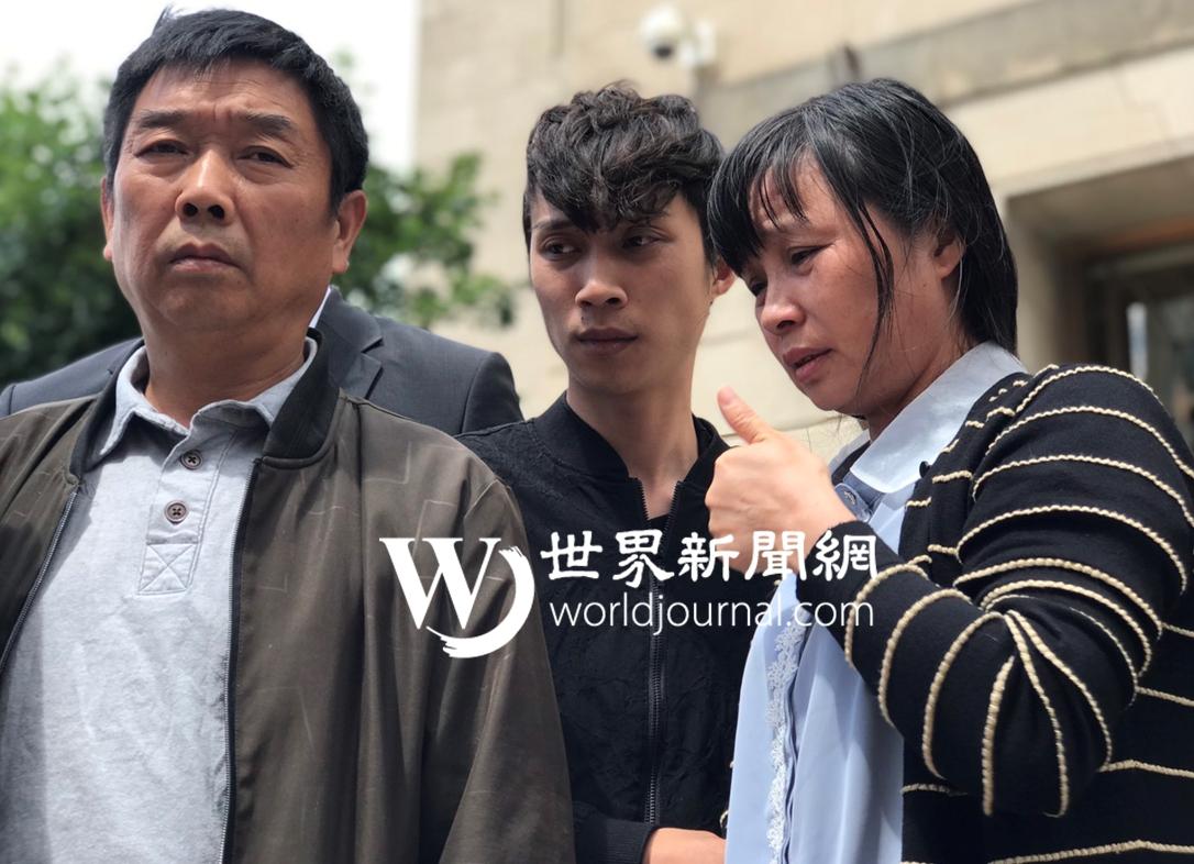 章瑩穎的父親章榮高(左起)、弟弟章新陽及母親葉麗鳳走出法庭,談到陪審團一致裁決綁架謀殺罪名成立,葉麗鳳還伸出大拇指。(特派員黃惠玲/攝影)