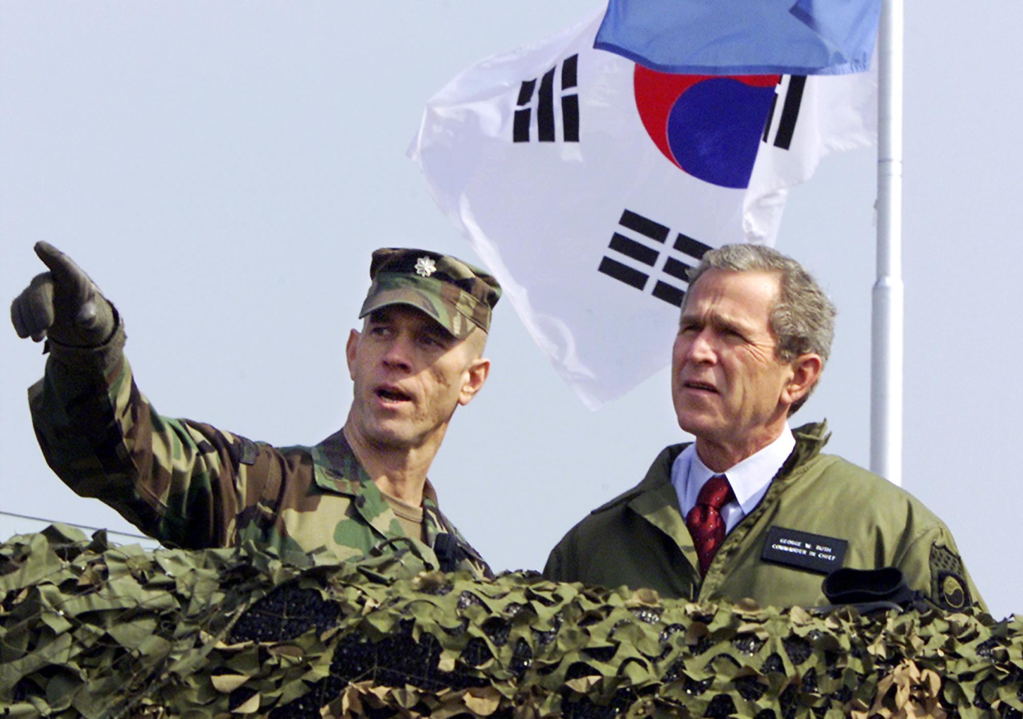 前總統小布希(George W. Bush,右)2002年2月20日在DMZ的歐萊特哨所(Observation Post Ouellette)遠眺北韓。(美聯社)