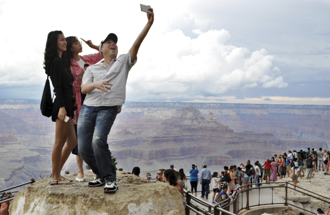 大峽谷觀光客拍照不慎墜崖事件頻傳,但不少觀光客仍對於拍下驚悚照片留念趨之若鶩,罔顧生命安全。(美聯社)