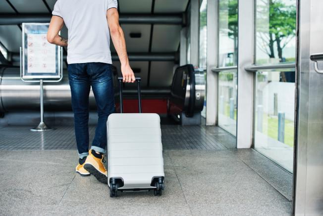 出差或旅遊,可善加利用隨身行李。(Pexels)。