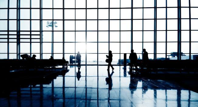 搭機旅行,愈來愈多航空公司向旅客收取託運行李費了。(Pexels)。