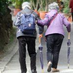 小心!用雨傘代替拐杖 易發生危險