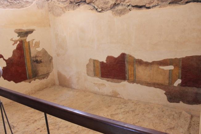 浴室牆上遺留的石膏彩畫。