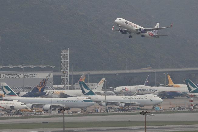 航空交通管制局試圖降低在機場上空盤旋的飛機數量,有助節省燃料消耗。(路透)