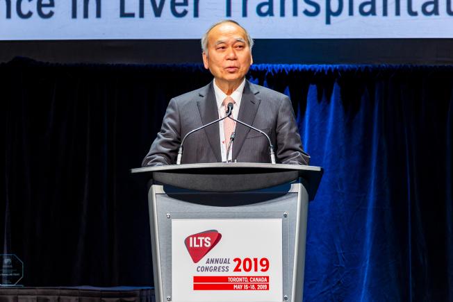 陳肇隆(右)完成超過1800名肝臟移植手術,貢獻廣獲國際肯定。(ILTS提供)