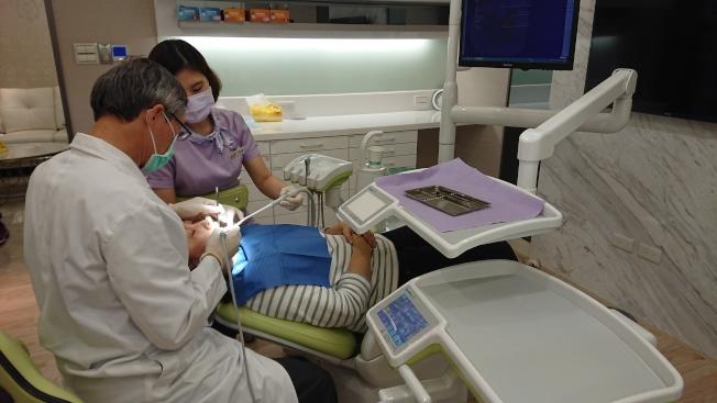 何坤炎提醒,民眾如有糖尿病史,應先控制好血糖及牙周病狀況,才能獲致較好的植牙效果。(記者蔡容喬/攝影)